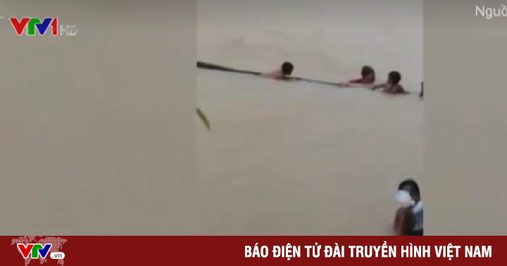 Học sinh Điện Biên bám sào tre vượt nước xiết để đến trường