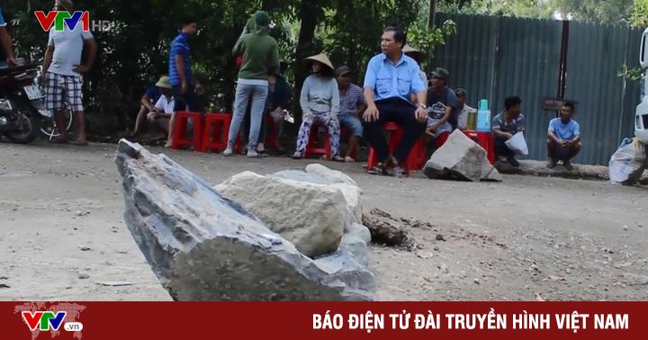 Bà Rịa - Vũng Tàu: Người dân đem đá chặn xe tải cày nát đường