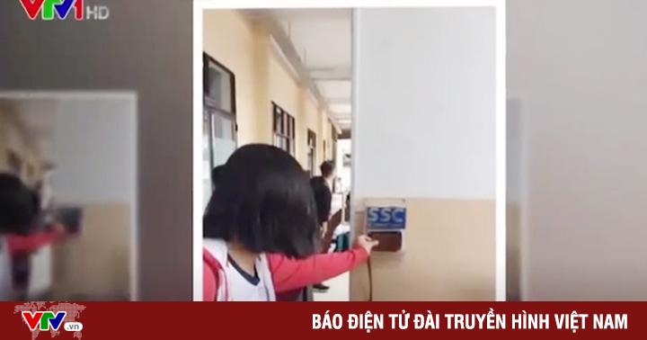 TP.HCM: Học sinh trường THCS Trần Văn Ơn điểm danh bằng quẹt thẻ