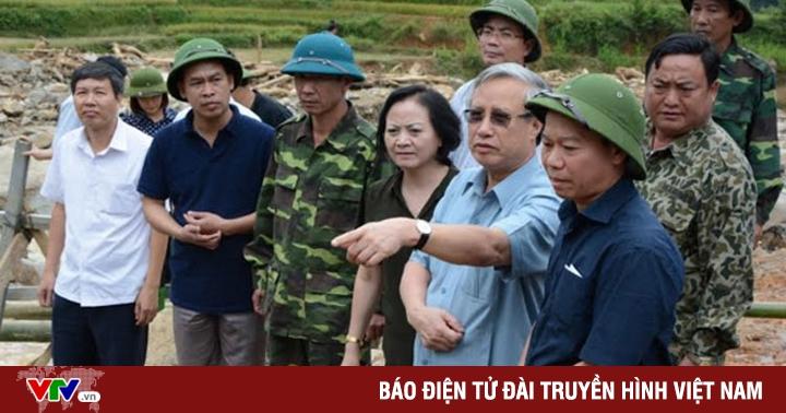 Đồng chí Trần Quốc Vượng thăm hỏi nhân dân vùng lũ Yên Bái