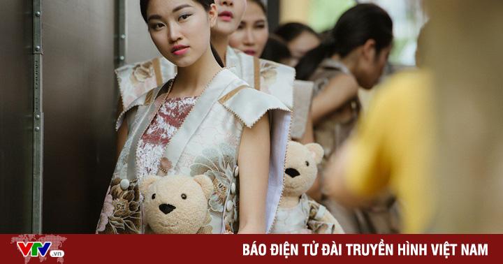 Dàn người mẫu gây chú ý ôm gấu bông trình diễn BST mới của Cao Minh Tiến