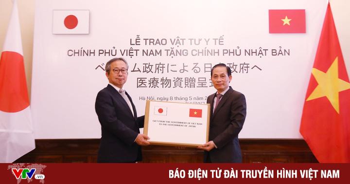 Trao tượng trưng hỗ trợ vật tư y tế tặng Chính phủ, nhân dân Nhật Bản