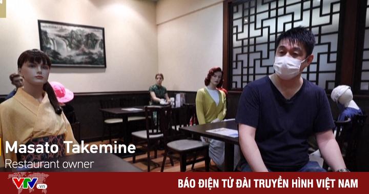 Nhà hàng Nhật Bản thực hiện giãn cách xã hội bằng... mannequin