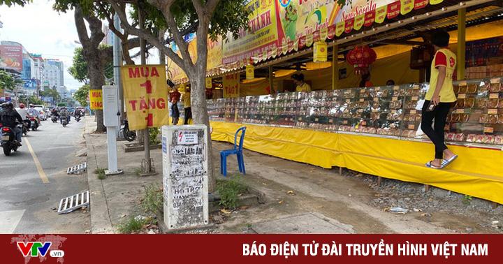 Bánh Trung thu bán đầy đường ở TP.HCM, mua 1 tặng 1 vẫn vắng khách