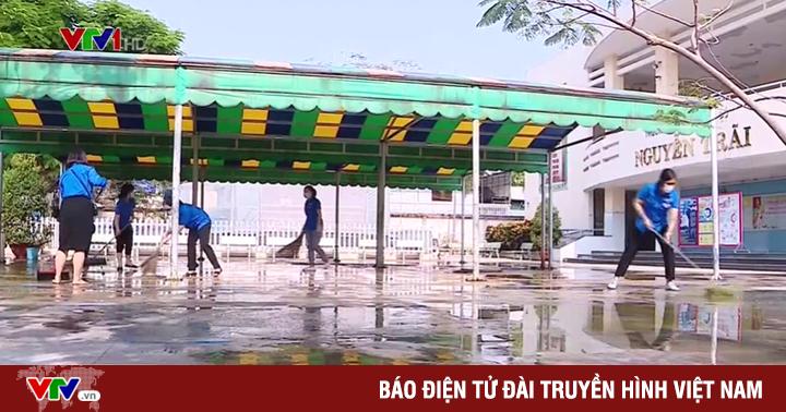 Trường học tại TP Hồ Chí Minh dọn vệ sinh chuẩn bị đón học sinh