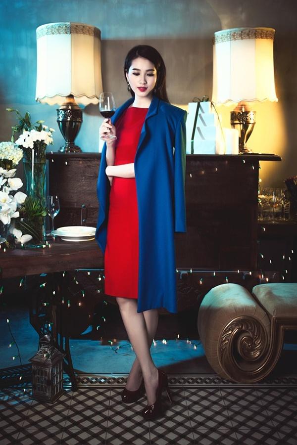 Để phù hợp với concept hình ảnh dạ tiệc Noel, hoa hậu chọn hai gam màu chủ đạo là đỏ và xanh dương.