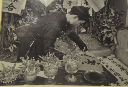 Người viết câuđối vào dịp Tết tại Hà Nội năm 1955.