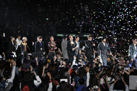 Trước khi bước vào cánh gà, các nghệ sĩ đã có mặt đông đủ tại sân khấu để chào tạm biệt người hâm mộ