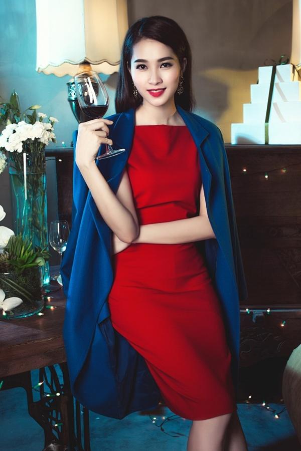Để phù hợp với trang phục đậm sắc màu Giáng sinh, hoa hậu chọn tông trang điểm đậm, nhưng vẫn giữ được vẻ trong trẻo, nhẹ nhàng vốn có.
