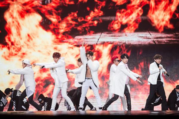 Các chàng trai BTS bất ngờ xé áo trên sân khấu, khiến dàn mỹ nữ ở ghế khách mời phấn khích