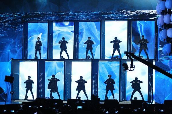 Xuất hiện trên sân khấu với một tiết mục được dàn dựng công phu, EXO đã thiêu đốt khán giả bằng những màn vũ đạo mạnh mẽ