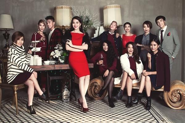 Hoa hậu Việt Nam 2012 cùng top 10 chụp ảnh với chủ đề Giáng sinh, tiêu chí thanh lịch cho các cô gái và lịch lãm cho các chàng trai.