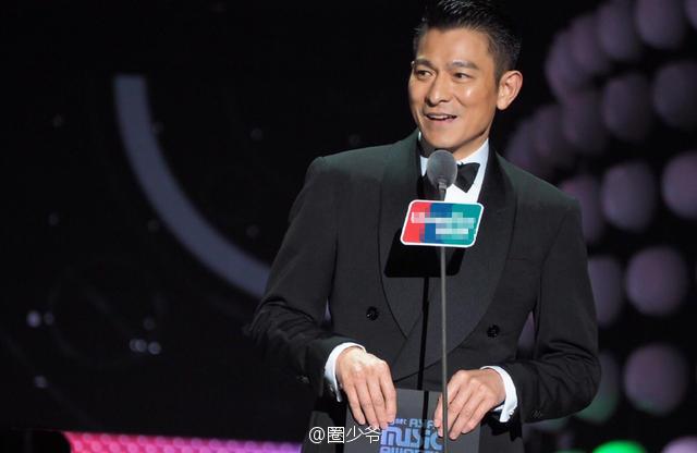 Dù đã bước sang tuổi 43, Lưu Đức Hoa vẫn giữ được vẻ điển trai, phong độ. Anh được giao nhiệm vụ trao giải thưởng Album của năm