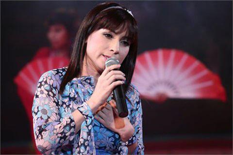 Phi Nhung xuất hiện lần đầu trên sân khấu Bài hát yêu thích vớica khúc Nhung ca