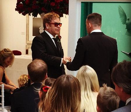 Elton John và người bạn trai lâu năm - David Furnish vừa làm đám cưới trước sự chứng kiến của đông đảo bạn bè, người thân, vào ngày 21/12.