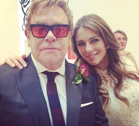 Elton John chụp ảnh kỷ niệm với nữ diễn viên nổi tiếng đồng thời là người bạn lâu năm của anh - Elizabeth Hurley.