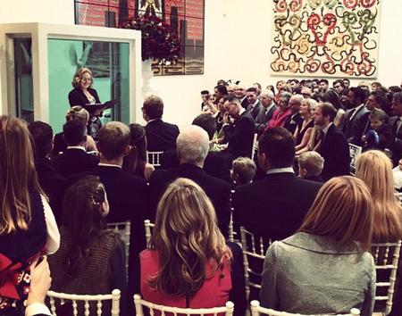 Rất đông người đã có mặt để chứng kiến hôn lễ của Elton John và David.