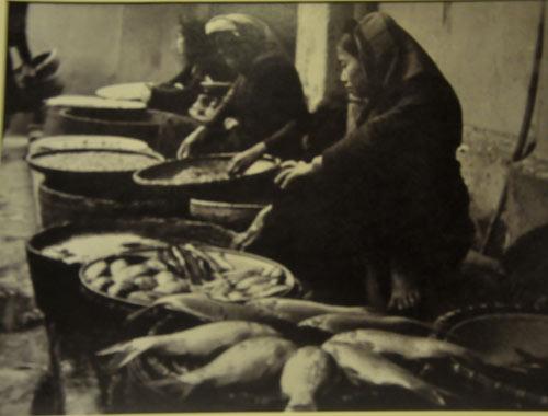 Bán cá chép trong Tết ông Táotại Hà Nội năm 1955.