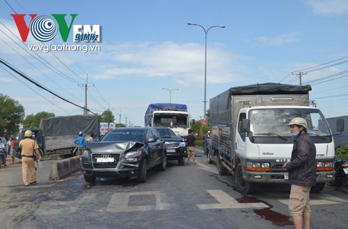 Hai hàng ô tô đang dừng chờ dèn tín hiệu thì bị xe tải từ sau tông tới.