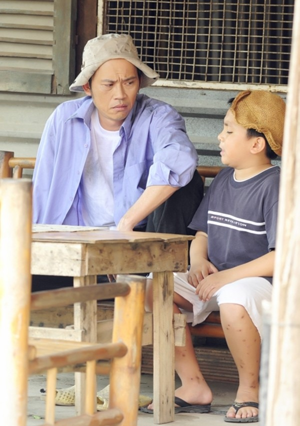 Hoài Linh và con trai nuôi bụi đời hết cỡ trong Lớp học một không hai 1