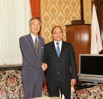 Phó Thủ tướng Nguyễn Xuân Phúc và Chủ tịch Hạ viện Nhật Bản Ibuki Bunmei. Ảnh: VGP/Lê Sơn