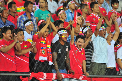 Khán giả Myanmar ăn mừng chiến thắng của đội U19 Myanmar tại Giải U19 châu Á. Ảnh: S.H