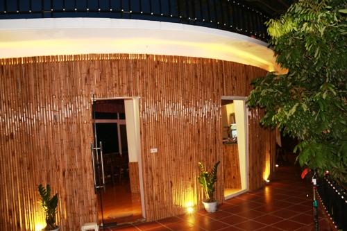 Mai Châu Sunset – Boutique Hotel được trang trí bằng tre.