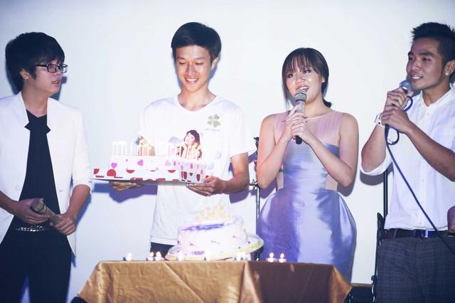 Ngoài những người bạn thân thiết cũng là những đồng nghiệp, bữa tiệc sinh nhật tuổi 21 của Văn Mai Hương còn có sự tham gia đông đảo của các fan.
