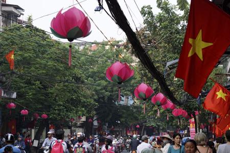 Các hàng đèn hình hoa sen trên nhiều khu phố cổ (Ảnh: Dân trí)