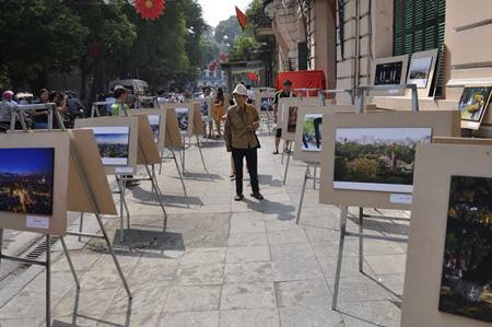 Triển lãm ảnh về Hà Nội do báo Hànộimới tổ chức trên phố Lê Thái Tổ (Ảnh: Dân trí)