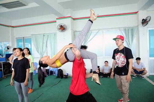 Ngay sau chuyến đi nghỉ mát cùng ông xã ở Đà Lạt, Đoan Trang đã lao ngay đến sàn tập cùng với các vũ công.
