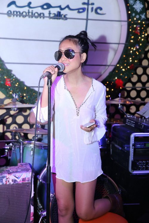 Ngoài vũ đạo, Đoan Trang cũng vừa có buổi tập cùng với ban nhạc tại phòng trà. Trong gần 20 ca khúc mà cô biểu diễn trong liveshow có những ca khúc quen thuộc được nhiều khán giả yêu thích như: Khi tôi 20, Tóc hát, Guốc mộc, Quạt giấy...