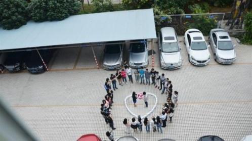 Chàng trai cùng đồng nghiệp đã xếp 96 chiếc iPhone 6 thành hình trái tim ngay tại bãi đỗ xe của công ty