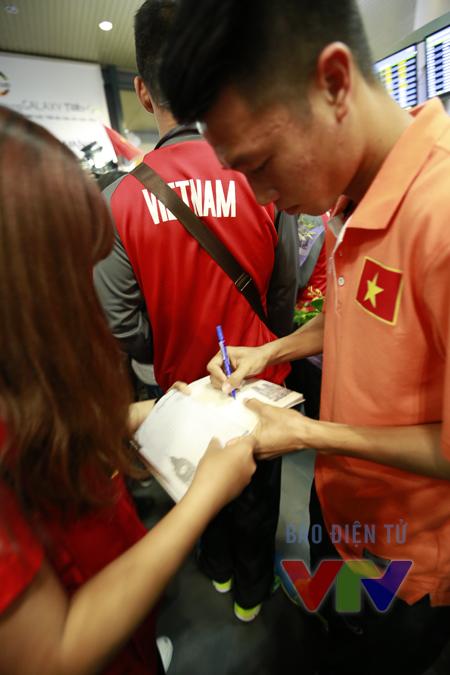 Các cầu thủ ĐT Việt Nam ký tặng người hâm mộ.