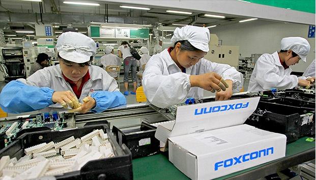 Mặc dù là một trong những hãng chế tạo linh kiện điện tử và máy tính lớn nhất thế giới nhưng Foxconn lại chưa từng có kinh nghiệm trong việc sản xuất và chế tác Sapphire
