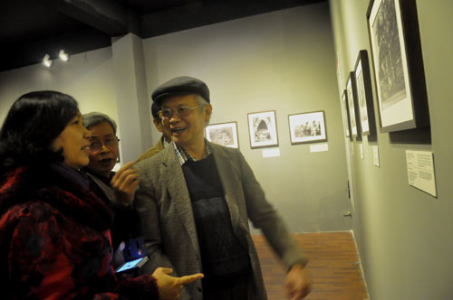 Người đến xem triển lãm chuyện trò trước những hình ảnh của Hà Nội xưa.