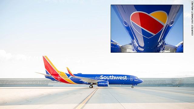 Máy bay hãngSouthwest Airlines nổi bật 3 màu Xanh, Vàng và Đỏ.