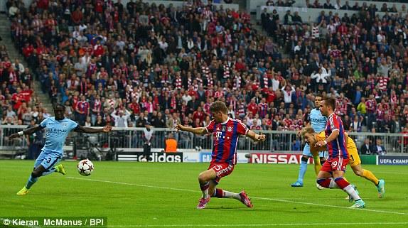 Muller có tình huống đối mặt thủ môn sau pha phối hợp trung lộ với các đồng đội, tuy nhiên, cú dứt điểm của anh lại chưa thực sự chuẩn xác.