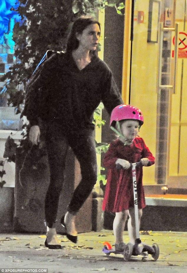 Mới ba tuổi nhưng Harper đang sở hữu bộ sưu tập trang phục khủng nhất trong các sao nhí. Đi ăn tối với bố mẹ, Harper diện chiếc váy đỏ rực rỡ, rất nổi bật.