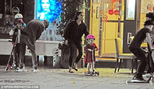 Cô bé rất nghịch ngợm và không ngại thử sức với những trò chơi của con trai. Harper được bố mẹ sắm riêng cho một chiếc scooter.
