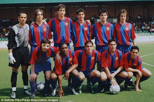 Messi (đeo mặt nạ) suýt chút nữa đã trở thành người của Arsenal từ năm 16 tuổi.
