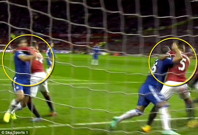 Một pha kéo người rất thô trong trận Man Utd - Chelsea.