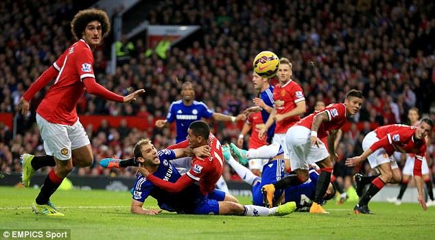 Trọng tài hoàn toàn bỏ qua những tình huống kéo người thế này trong trận đấu.