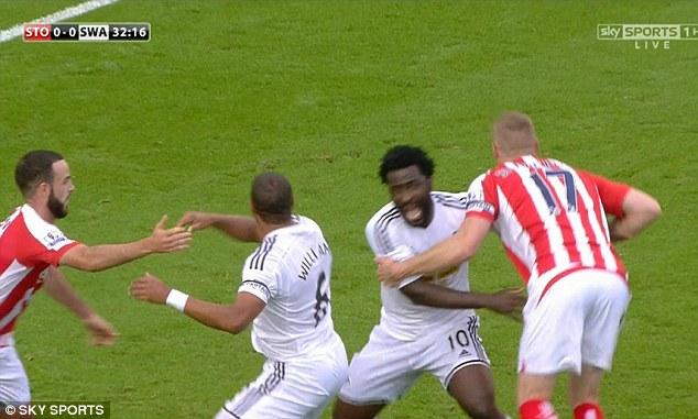 Ở một trận đấu khác, Ryan Shawcross của Stoke City từng bị phạt thẻ vàng vì kéo Bony (số 10 Swansea) trong vòng cấm.