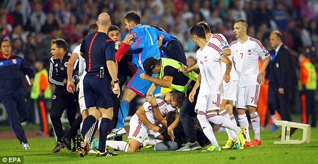 Cuộc bạo loạn tại vòng loại Euro 2016 cũng bắt nguồn từ một chiếc máy bay điều khiển từ xa.