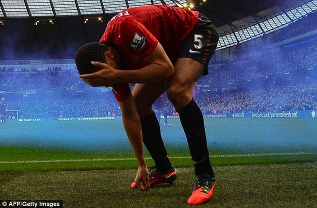 Trận derby Manchester nóng nhất là chiến thắng 3-2 của Man Utd tại Etihad năm 2012. Pháo sáng được đốt mù mịt còn Rio Ferdinand thì ăn đạn... đồng xu của các CĐV chủ nhà tới mức rách mắt.
