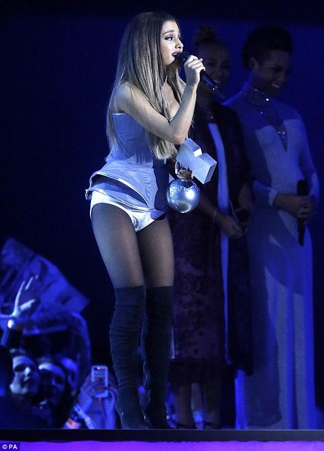 Ariana Grande xúc động khi nhận giải Ca khúc hay nhất