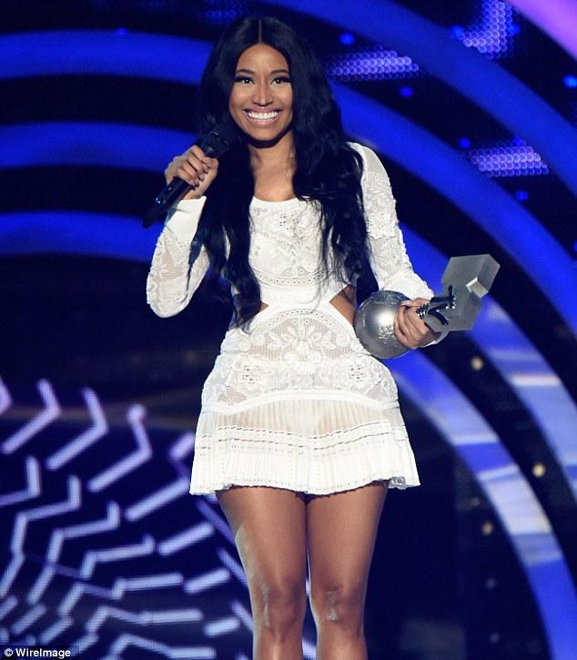 Nicki Minaj dịu dàng và đằm thắm khi nhận giải Trình diễn nhạc Hip-hop xuất sắc nhất