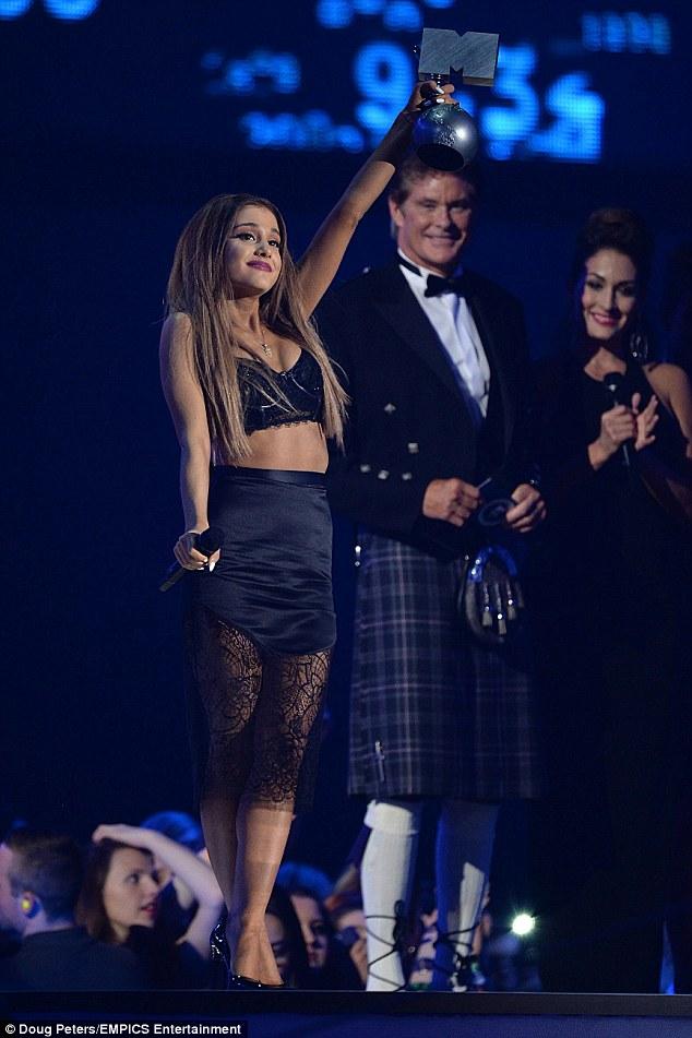 Cô gái 21 tuổi vỡ òa trong cảm xúc khi lại một lần nữa được xướng tên tại EMA 2014 với giải Nữ ca sĩ xuất sắc nhất