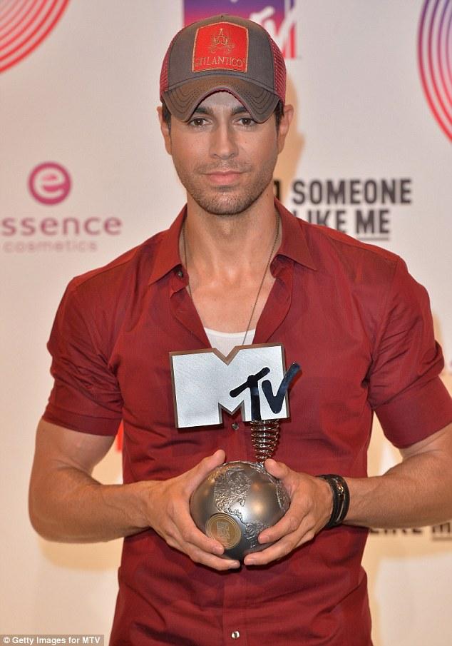 Nam ca sĩ điển trai Enrique Iglesias phát biểu: Đây là giải thưởng đầu tiên của tôi trong suốt nhiều năm qua